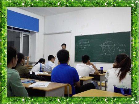 图片为哈尔滨新发展复读学校心理老师对高考特训营/高考全日制学生进行群体心理疏导现场照片