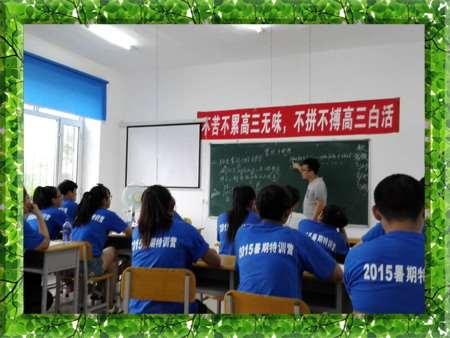 图片为哈尔滨新发展复读学校老师对高考全日制/高考特训营成绩差、没有跟上学习进度的学生进行陪伴式指导学习的现场照片