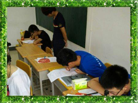 图片为哈尔滨新发展高考特训营学生自习现场照片